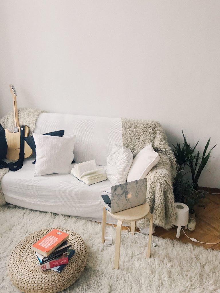 canapé blanc et table basse avec des livres