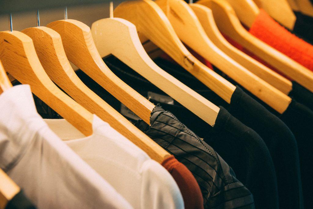 habits suspendus dans une penderie