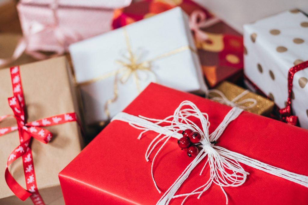 paquets cadeau rouge et blanc