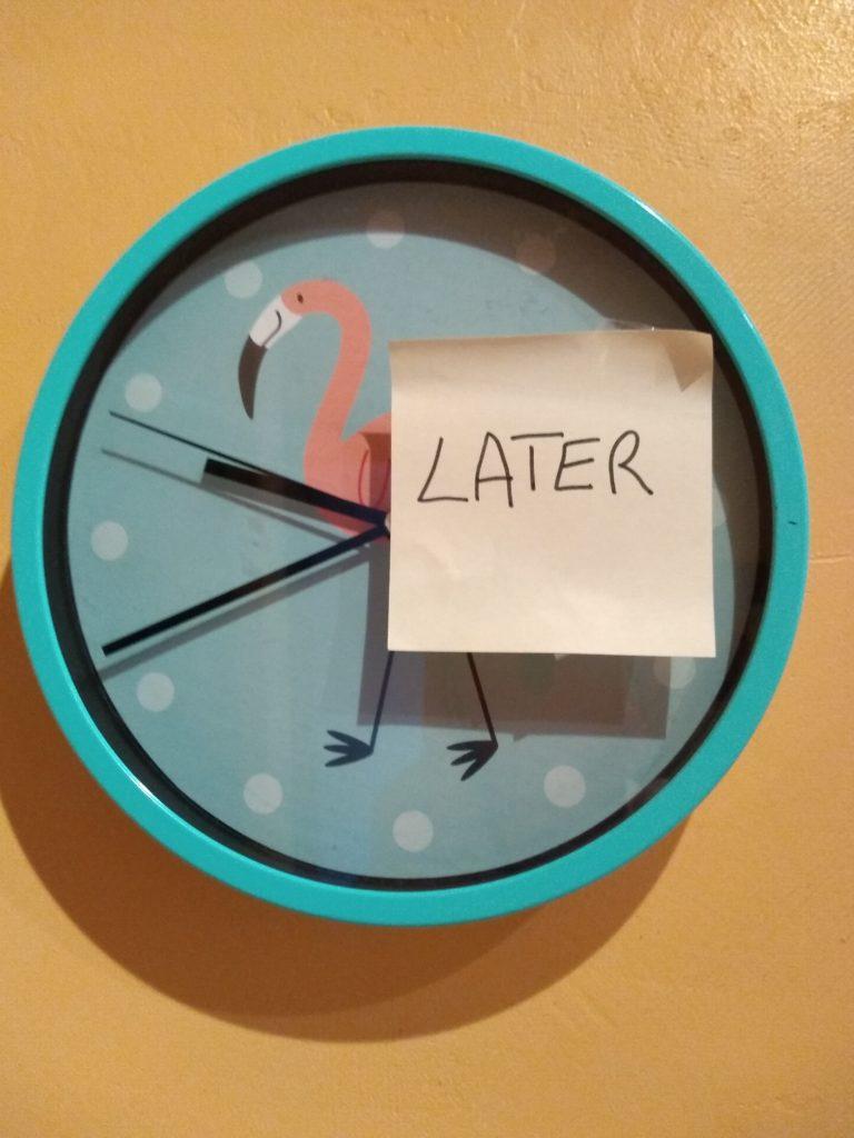 """Horloge avec un post-it sur lequel est écrit """"Later"""""""