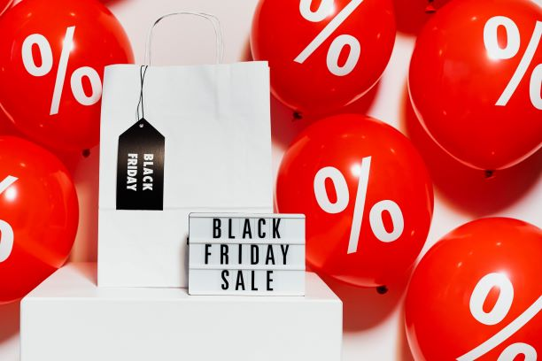 "Inscription ""Black Friday Sale"" et ballons de baudruches avec symbole %"