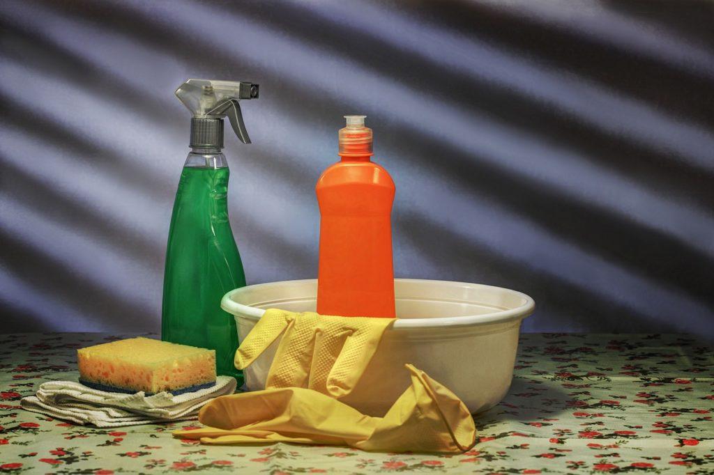 bassine avec produits ménagers, éponge et gants de ménage