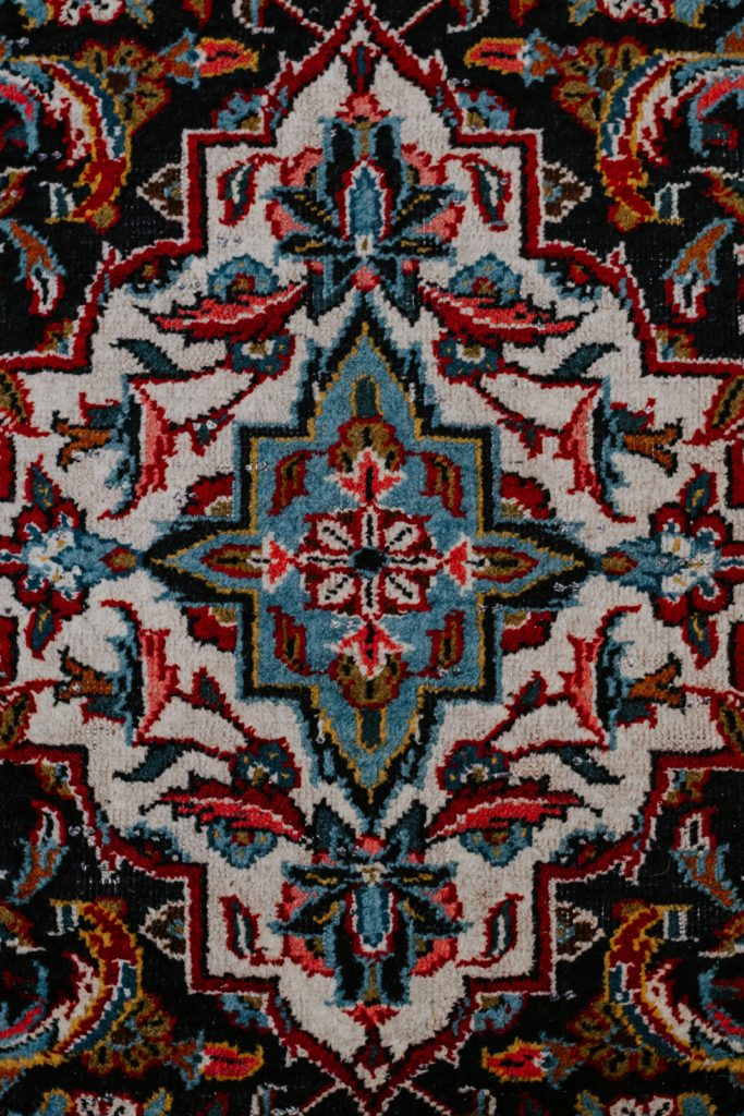 gros plan sur un motif de tapis persan